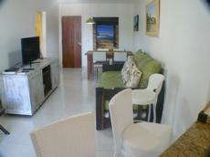 Sala living de apto Superior Luxo com tv Led, ar condicionado, ventilador de teto, sofá bicama ( onde dormem 2 pessoas adultas) e cozinha americana completa.