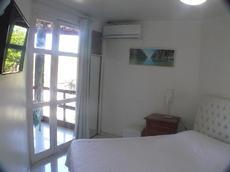 Quarto com cama queen-size, ar condicionado, tv Led de um apto superior luxo de 49m2 de 1 quarto/sala/cozinha/banheiro e varanda com rede