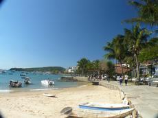 Pier da Praia do Canto com vista da Orla Bardot , logo adiante está restaurante Bar do Zé