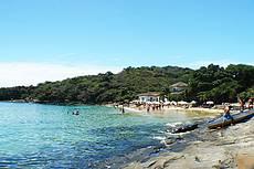 Praias da Azeda e Azedinha, que ficam 1000 m, caminhando pela Orla Bardot e praia dos Ossos.Táxi Aquáticos também os traz aqui.