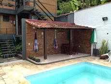 Área coberta em frente a piscina.