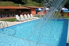 Piscina de águas minerais para adultos e crianças com cascata