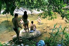 Um dos pontos de banho no rio em frente a uma das residencias