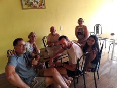Família criando o roteiro do dia, após um café recheado de delicias.