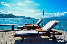 deck sobre o mar