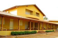 Fachada da ala Jatobá, com destaque para os dois apartamentos mesanino (dois andares), cuja vista no piso superior alcança as montanhas e laranjais que cercam a fazenda.