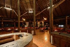 Espaço do restaurante. A esquerda, o fogão onde as refeições são servidas e a direita ao fundo, o bar onde são oferecidos opções de lanches e porções bem como batidas e drinks.