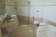 Banheira de hidromassagem presente em alguns apartamentos das alas Jatobá e Cabreúva.