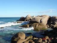Vista das pedras na Praia de Galhetas