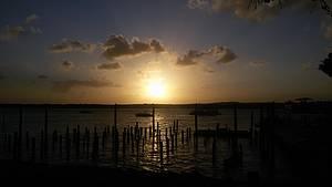 Apreciar o p�r do sol na praia do Jacar�