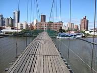 Ponte pênsil, no rio Mampituba