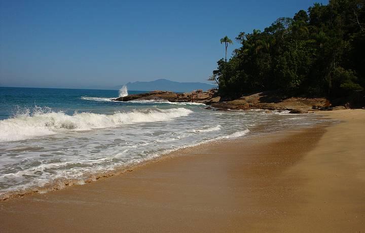 Estourar da onda na pedra. Um cenário perfeito!