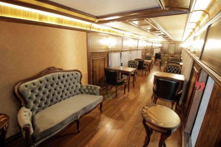 De trem em Curitiba (PR) - Mobiliário remete aos anos 30