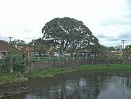 Praça Central vista do outro lado do Rio Nhundiaquara