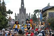 Desfile de Bonecos Gigantes emociona o público