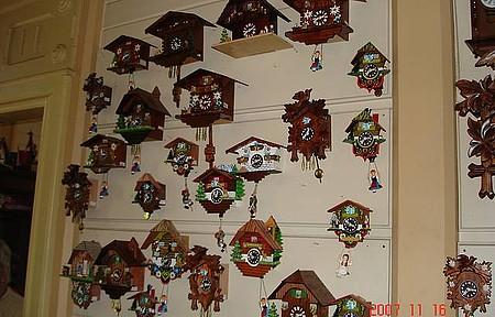 Castelinho do Caracol - Os lindos relógios Cucos à venda no castelinho.