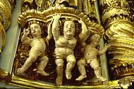 Ricos ornamentos enfeitam altar-mor