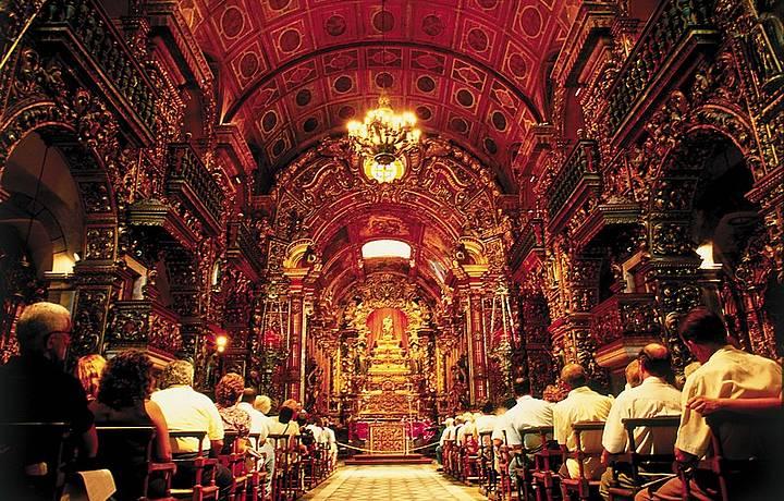 As missas de domingo de manhã são acompanhadas por canto gregoriano