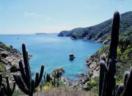 Mar azul convida a belos passeios de barco