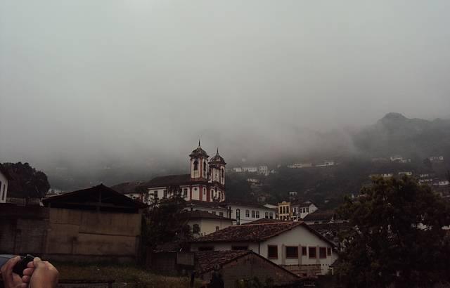 Essa é a vista que se tem do estacionamento do Hotel Vila Rica.