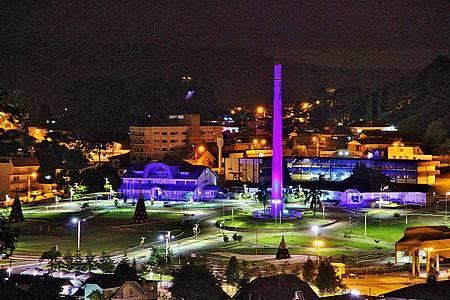 Natal Encantado - Vista noturna da decoração de Natal na Praça do Imigrante