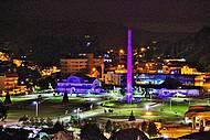 Vista noturna da decoração de Natal na Praça do Imigrante