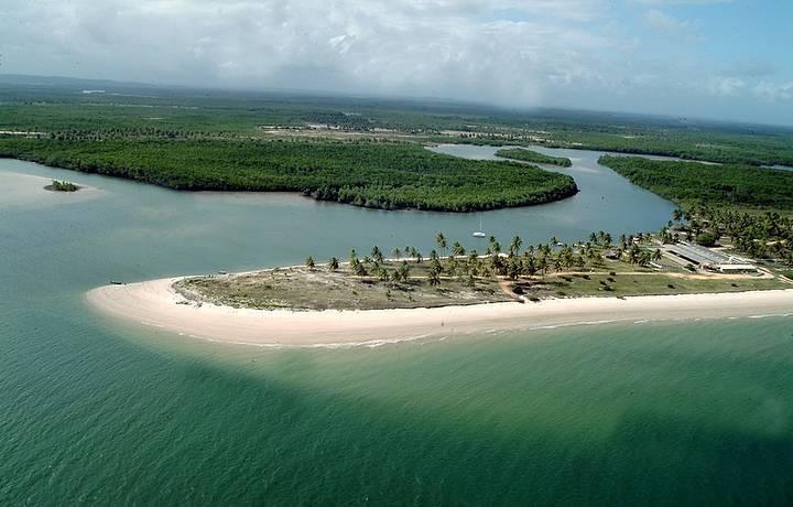 Coqueirais, dunas e mar azul esverdeado no litoral Sul