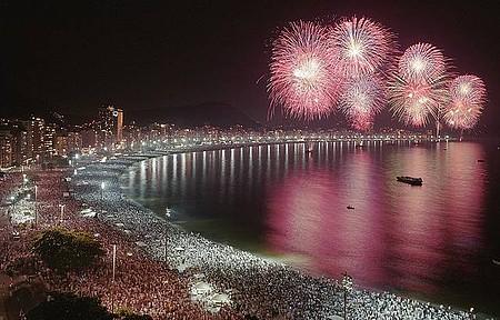 Fogos de artifício colorem os céus para saudar o ano novo