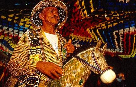 Participar das festas tradicionais - Trajes típicos e muitas cores nas festas regionais