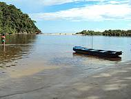 Barco para travessia no Rio Puruba, e Praia de Puruba ao fundo