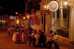 Noite é de informalidade e mesas na calçada