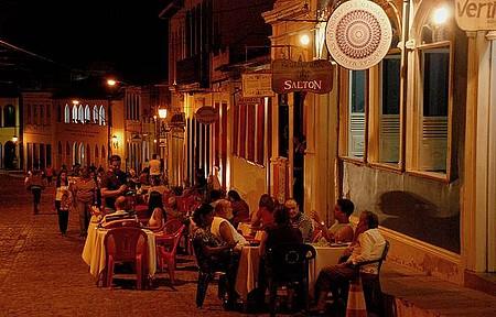 Vida Noturna - Noite é de informalidade e mesas na calçada