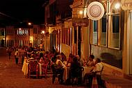 Noite � de informalidade e mesas na cal�ada