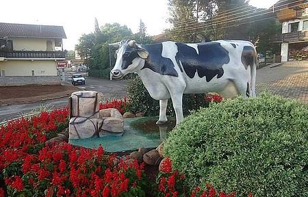 Monumento à vaca leiteira - Na cidade do Leite Tirol não poderia faltar esse monumento