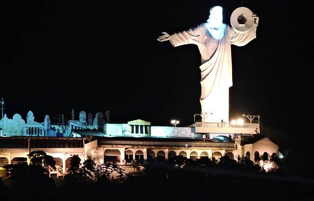 Cristo Luz em todas as cores ilumina Balneário Camboriú, SC