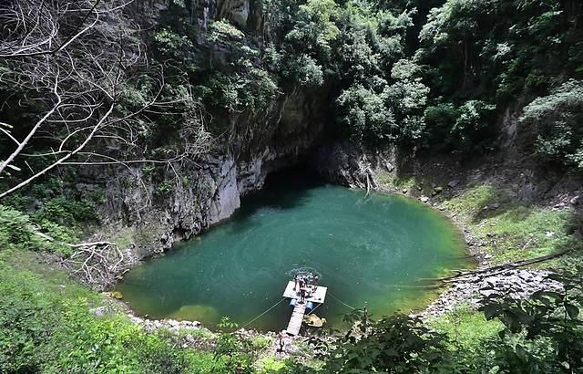 Lagoa é cercada de arenito e vegetação