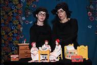 Branca Borba e Rachel Ribas manipulam bonecos do espetáculo Chapeuzinho Vermelho