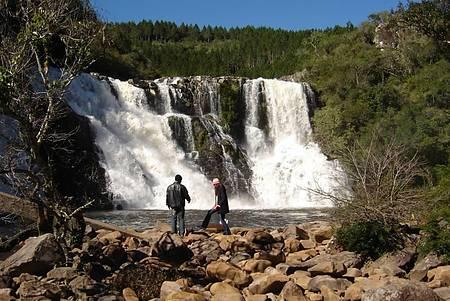 Parque da Cachoeira - Rio Cará forma lindas quedas