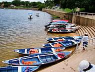 Canoas usadas para fazer a travessia de turistas a Ilha do Amor