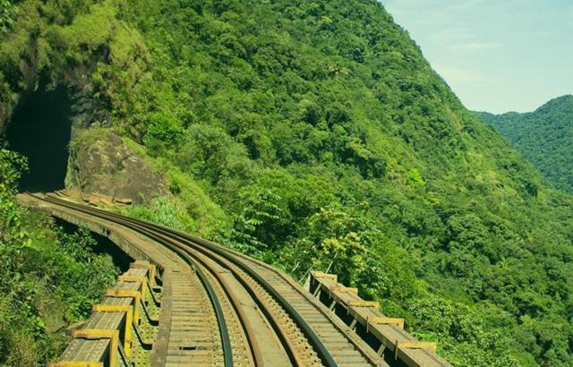 Túneis e natureza enfeitam a viagem