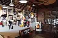 Violão e fotos do casal enfeitam as paredes