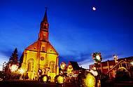 Construções típicas, como a igreja de São Pedro, enchem as ruas de charme