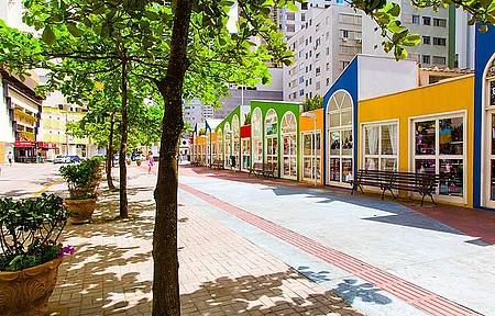 Compras - Praça da Bíblia abriga trabalhos artesanais
