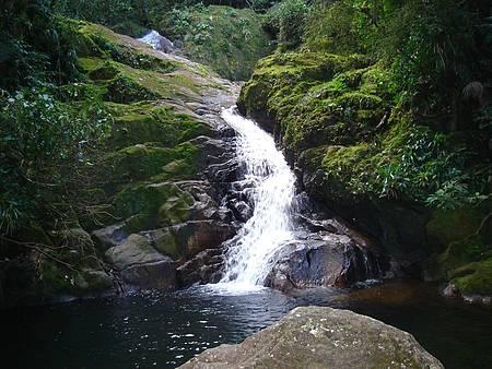 Bela queda da cachoeira do Mandira forma piscina natural