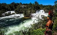 Quedas fortes e águas verdes formam cenário espetacular