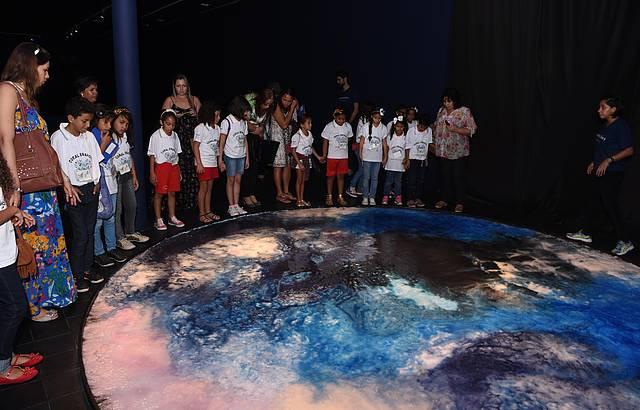 Crianças se encantam com exposição no palácio Anchieta