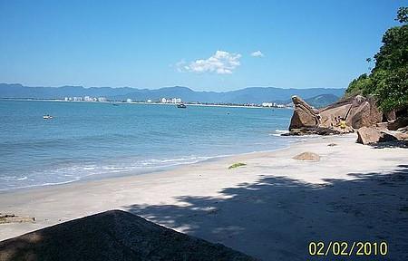 Praia da Freira - Ao fundo a cidade de Caraguá. Praia de mar calmo e estreita. Acesso por trilhas.