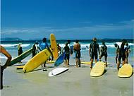 Escolinhas de surf ganham novos alunos no verão