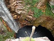 Na volta da trilha, dá para ver a queda e o buraco de cima