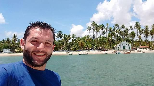 Igreja de São Benedito ao fundo da Praia de Carneiros